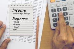 Planera kostnader för månatlig inkomst och konto arkivfoton