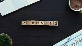 Planera kvinnlig hand som sätter kuber med ord på tabellen, näringslivsutveckling lager videofilmer