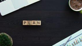 Planera ordet som göras av kuber på kontorstabellen, näringslivsutveckling, stopp-rörelse stock video