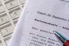Planera pensionen med hjälpen av en information om pension arkivfoto