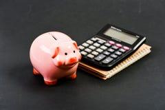 Planera räkna budgeten Commerece affär huvudstadledning pengarbesparing Redovisning och lönelista moneybox med arkivfoton