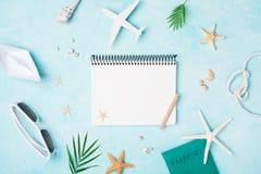 Planera sommarferier, lopp och semesterbakgrund Tom anteckningsbok med tillbehör på blå pastellfärgad bästa sikt för tabell Lekma royaltyfria foton