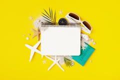 Planera sommarferier, tur och semesterbakgrund Handelsresandeanteckningsbok med tillbeh?r p? sikt f?r tabell f?r mode gul b?sta royaltyfria bilder