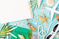 Planera sommarferier, tur och semesterbakgrund Handelsresandeanteckningsbok med tillbeh?r p? bl? b?sta sikt f?r tabell Lekmanna-  fotografering för bildbyråer