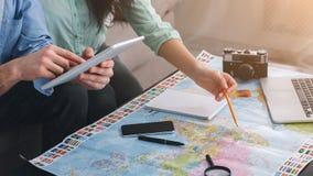 Planera tur Koppla ihop att diskutera turnerar plan genom att använda översikten arkivfoton