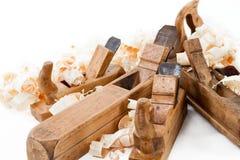 Planers met houten spaanders, schaafsel Stock Afbeelding
