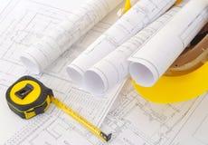 Planes de la construcción en casco Imágenes de archivo libres de regalías