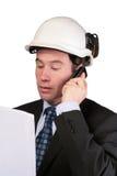 Planes de la lectura del arquitecto y usar el teléfono móvil fotos de archivo