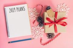 2019 planes del Año Nuevo, caja de regalo del marrón de la visión superior, cuaderno y Chris fotos de archivo