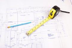 Planes del edificio y cinta métrica Foto de archivo libre de regalías