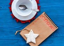 Planes por Año Nuevo en la opinión superior del fondo de madera Imagen de archivo libre de regalías