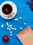 Planes por Año Nuevo en la opinión superior del fondo de madera Imágenes de archivo libres de regalías