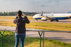 Planespotter принимая фото с сотовым телефоном стоковое фото rf