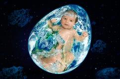 Planet in Form von Ei mit einem Baby nach innen im Weltraum Lizenzfreies Stockbild