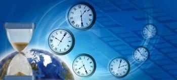Planet, Uhr und Sanduhr auf abstraktem technologischem Hintergrund Stockbild