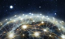 Planeta coberto por satélites no fundo do espaço ilustração royalty free