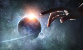 Planeta conmovedor con el finger imagenes de archivo