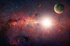 Planeta nas galáxias do fundo e nas estrelas luminosas Fotos de Stock
