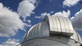 Planetario de Moscú en el fondo del cielo, Rusia almacen de metraje de vídeo