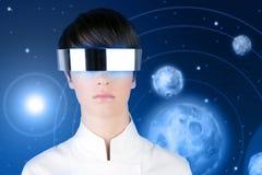 Planetas futuristas de plata del espacio de la mujer de los vidrios Foto de archivo