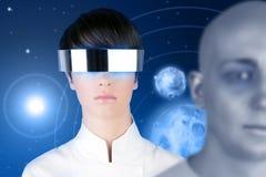 Planetas futuristas de prata do espaço da mulher dos vidros Fotografia de Stock