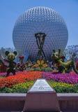 Planeten-Erde mit Blumen u. Disney-Figuren - Epcot-Mitte stockfotos