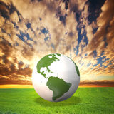 Planeten-Erdebaumuster auf grünem Feld Lizenzfreie Stockfotografie