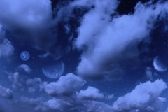 Planeten, maan en sterren in bewolkte hemel Stock Foto's