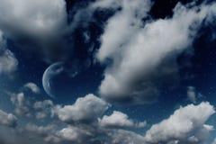 Planeten, maan en sterren in bewolkte hemel Royalty-vrije Stock Afbeeldingen