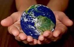 Planetenerde in den Händen von Stockfoto