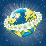 Planetenerde mit Kranz von Frühling flovers. Ansicht Franc Stockfotos