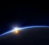 Planetenerde mit steigender Sonne Lizenzfreie Stockfotos