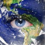 Planetenerde und blaues menschliches Auge Stockfotografie