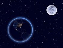 Planetenerde und -mond auf nächtlichem Himmel. Norden und Südamerika. Lizenzfreies Stockbild