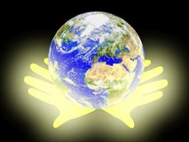 Planetjord gömma i handflatan på bakgrund. Royaltyfri Fotografi