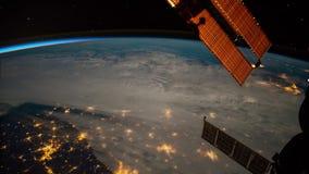 Planetjord som ses från ISSEN Härlig planetjord som observeras från utrymme Jord för skytte för Nasa-tidschackningsperiod från ut vektor illustrationer