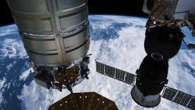 Planetjord som ses från ISSEN Härlig planetjord som observeras från utrymme Jord för skytte för Nasa-tidschackningsperiod från ut arkivfilmer