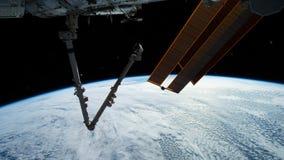 Planetjord som ses fr?n ISSEN Utforskning av rymden av planetjord p? natten Best?ndsdelar av denna video som m?bleras av NASA arkivfilmer