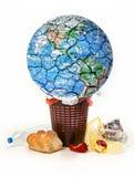 Planetuje niszczący konceptualnego obrazek, planety ziemia jest trown w śmieci, deiscarded jedzenie, odpady obrazy stock