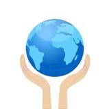 Planetuje ziemię w rękach Fotografia Royalty Free
