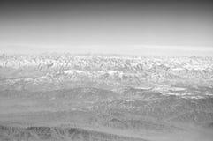 Planety ziemia na niebieskim niebie, widok z lotu ptaka duże krajobrazowe halne góry wokoło podróż światu Środowisko ekologia i o zdjęcia royalty free