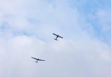 Planeur étant remorqué dans le ciel La corde de remorquage désengagée Photographie stock libre de droits