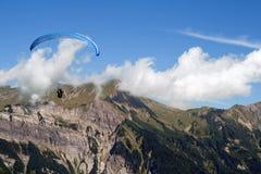 Planeur de Para/coup, montagnes, ciel bleu et nuages Photo libre de droits