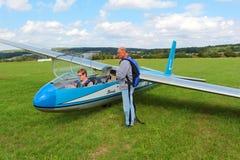Planeur L-13 Blanik avec des pilotes Images libres de droits