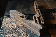 Planeuse et copeaux en bois à l'atelier de charpentiers, vieil outil de travail du bois, sciure Photos stock