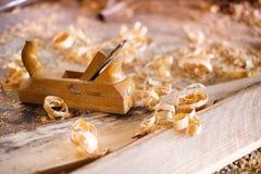Planeuse et copeaux en bois Images stock