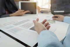 PLANfinanzdiagrammdaten des Investors Exekutivdiskussionsbezüglich des Bürotischs mit Laptop und Tablette Stockfotos