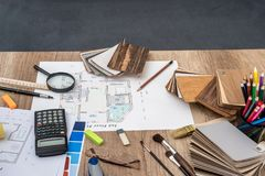 Planhuis met houten modellen, potloden, pen royalty-vrije stock foto