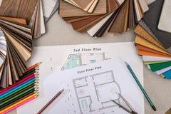 Planhuis met houten modellen, potloden, pen stock afbeeldingen