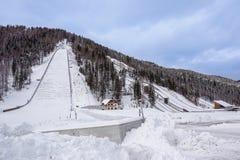 Planica, Eslovênia - 18 de outubro de 2017 - a construção do centro nórdico de Planica com os montes do salto de esqui Planica é imagens de stock